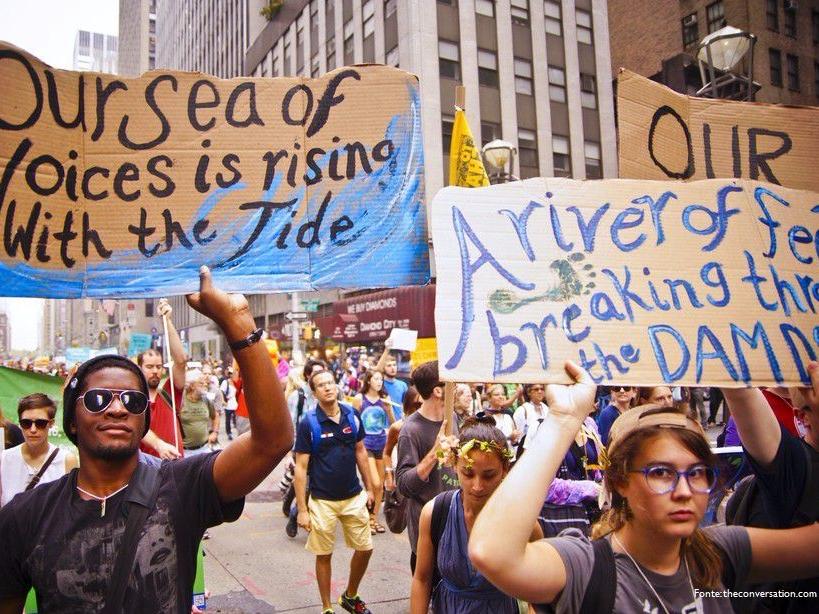 I millenials e il cambiamento climatico con manifestazione giovani